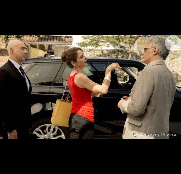 Carolina (Drica Moraes) vai despertar a ambição do ex-marido Rogério (Tarcísio Filho) após sair da audiência do divórcio em um carro luxuoso com o motorista de Alex (Rodrigo Lombardi). A cena vai ao ar nos próximos capítulos da novela 'Verdades Secretas'