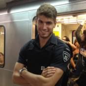 Segurança gato do metrô trabalha sem farda após estourar como celebridade na web