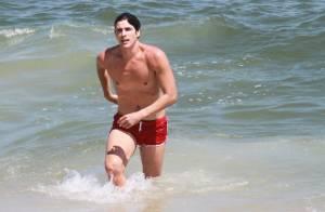 Reynaldo Gianecchini grava cenas de 'Guerra dos sexos' com dublê em praia do Rio