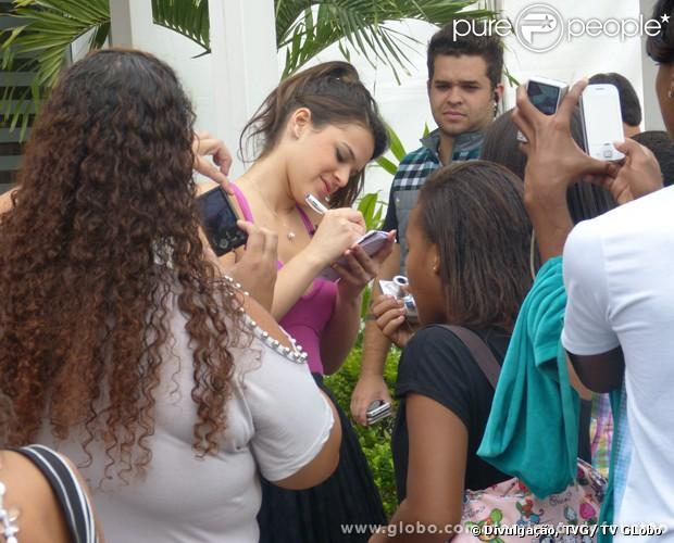 Bruna Marquezine distribui autógrafos para crianças no Projac, em 28 de  junho de 2013 0e00dc16d2