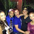 David Brazil posa com Daniel Alves, sua namorada, a atriz Thaissa Carvalho, Thiago Silva e sua mulher, apelidada de Belle