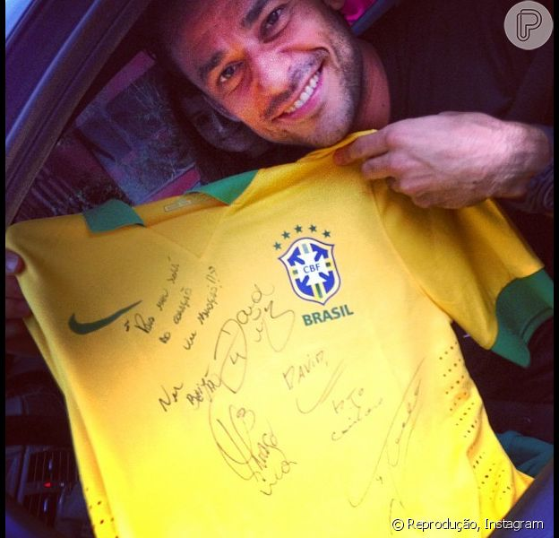 Fred curte o dia seguinte à vitória do Brasil com a namorada, Gabriela, no restaurante Porcão, no Rio de Janeiro, em 1º de julho de 2013