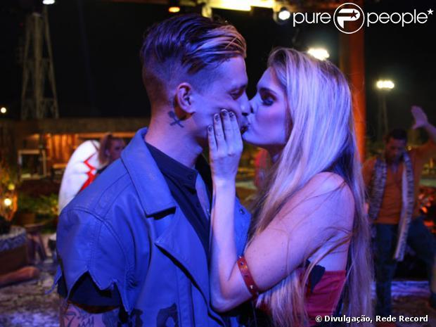 Bárbara Evans e Mateus Verdelho se beijam em 'A Fazenda', em 3 de julho de 2013