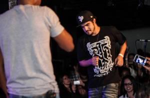 Caio Castro sobe no palco de Thiaguinho e se diverte com o cantor, em São Paulo