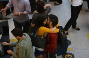 Fiuk e Sophia Abrahão trocam beijos em saguão de aeroporto no Rio