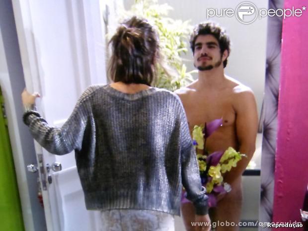 Caio Castro apareceu nu em 'Amor à Vida', apenas com um buquê de flores, no capítulo de quarta-feira, 17 de julho de 2013