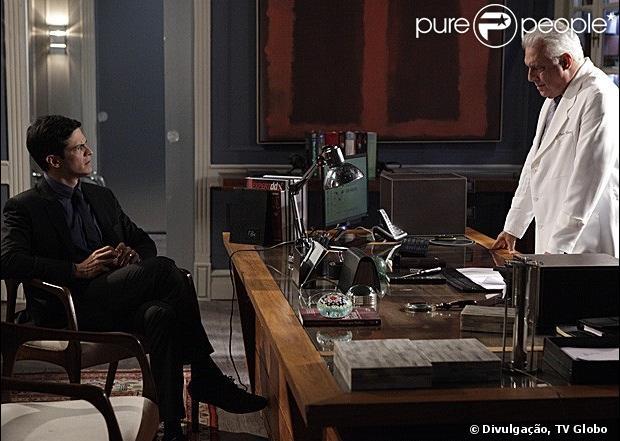 Quando descobre o caso gay de Félix (Mateus Solano), César (Antonio Fagundes) pergunta ao filho quem é o homem e quem é a mulher da relação, em 'Amor à Vida', em 2 de agosto de 2013