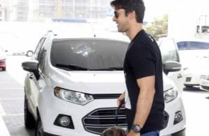 Juliana Paes recebe a visita do marido e do filho Pedro após dar à luz Antônio