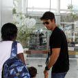 Carlos Eduardo Baptista chega à Perinatal da Barra de mãos dadas com o filho mais velho, Pedro, de 2 anos