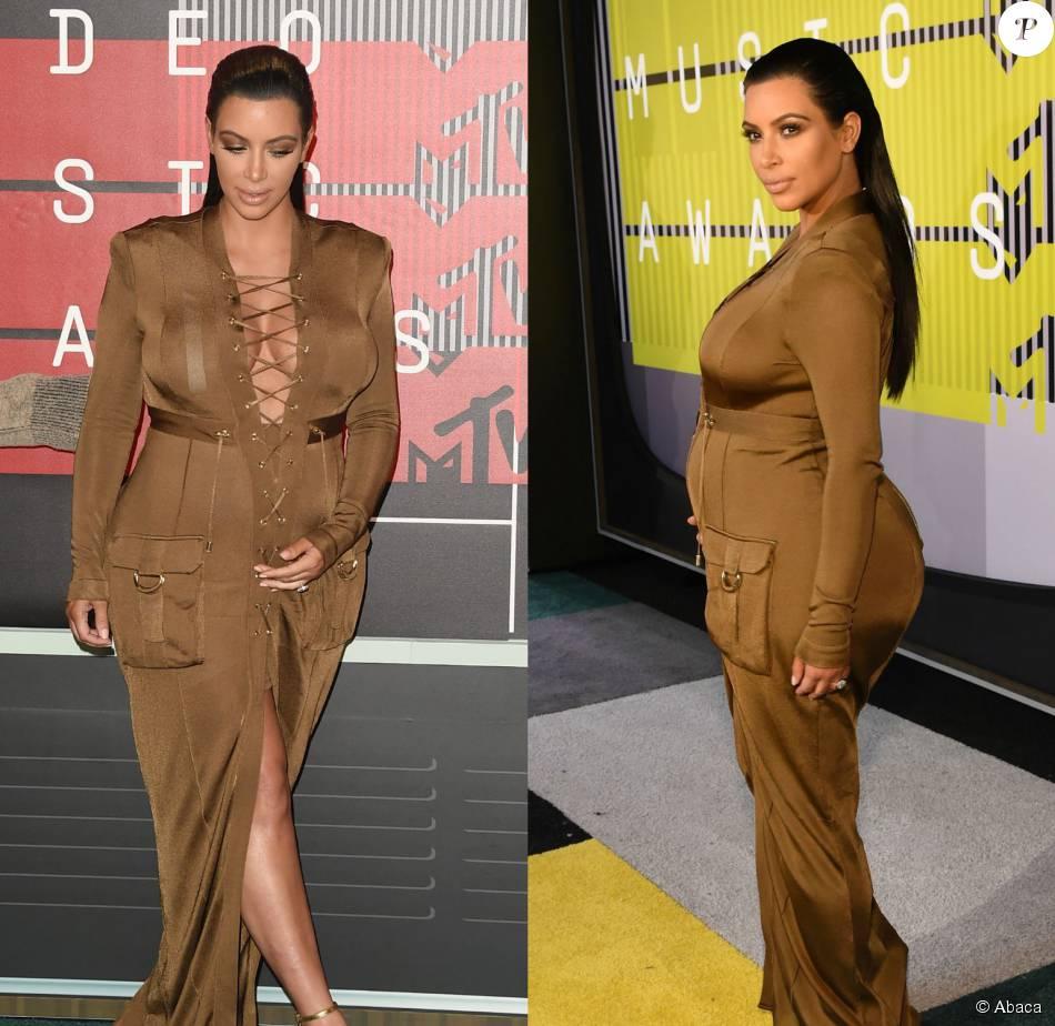 bac96f87d Kim Kardashian não perde o estilo durante a segunda gravidez e valoriza  suas curvas com decotes