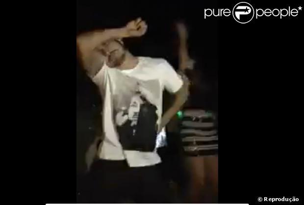 Caio Castro dança 'Show das Poderosas', em 23 de julho de 2013