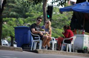 Gabriel Braga Nunes toma água de coco com a namorada, Isabel Mello, na Lagoa