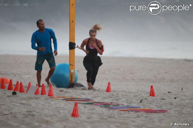 Carolina Dieckmann foi flagrada fazendo exercícios físicos na praia nesta segunda-feira, em 29 de julho de 2013