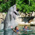 Na foto, Messi e Antonella com golfinhos
