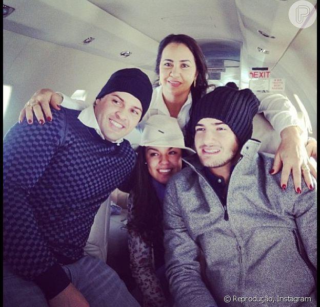 Alexandre Pato aparece na foto com os irmãos e sua mãe. Nesta sexta-feira, 2 de agosto de 2013, o jogador agradeceu o carinhos dos fãs após falar sobre a perda do avô