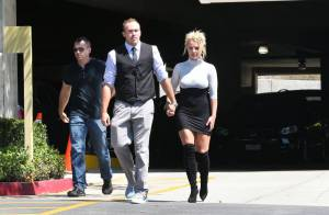 Britney Spears vai à igreja de vestido curtíssimo e botas com o namorado