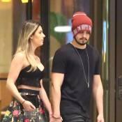 Luan Santana é fotografado deixando hotel no Rio com a namorada, Jade Magalhães