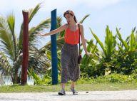 Maria Casadevall ouve música, dança e canta durante passeio por praia do Rio