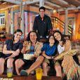 Raphael Viana com os atores que formam sua família em 'Flor do Caribe': Lívian Aragão, Luiz Carlos Vasconcelos, Pablo Monthe e Cyria Coentro