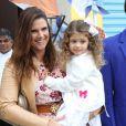 Mariana Kpuffer e sua filha Victoria posam para foto na festa de aniversário de Arthur, filho de Eliana e João Marcelo Bôscoli