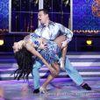 Adriano Garib dançou salsa com Aline Riscado no palco do 'Domingão do Faustão'
