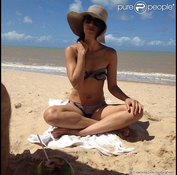 A atriz Camila Pitanga exibiu sua boa forma de biquíni em registro feita pela filha Antonia, de 5 anos