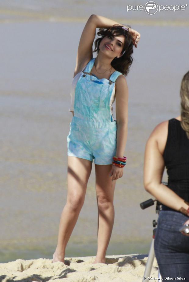 Vanessa Giácomo, a Aline de 'Amor à Vida', posa para sessão de fotos com figurino estilo adolescente em 22 de agosto de 2013