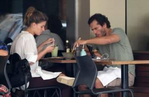 Paulo Rocha vai a restaurante japonês com namorada, Juliana Pereira, no Rio