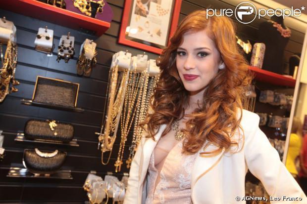 Sophia Abrahão fez a sua primeira aparição pública ruiva nesta sexta-feira, 23 de agosto de 2013, na inauguração de uma loja de acessórios em São Paulo