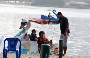 Eriberto Leão anda de pedalinho no Rio com a mulher e filho