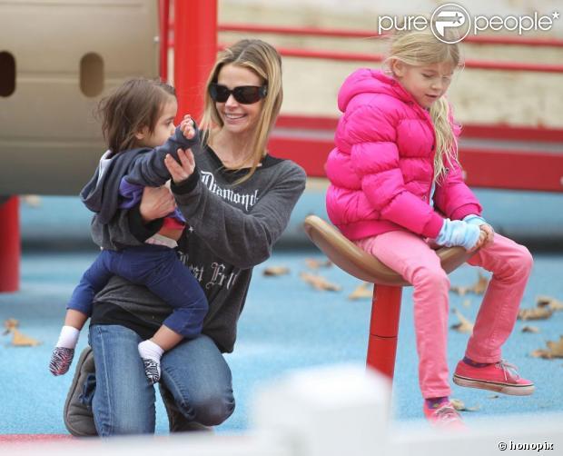 Depois da confusão com a terceira ex-mulher de Charlie Sheen, Denise Richards foi vista em um playground com as filhas, em 14 de dezembro de 2012