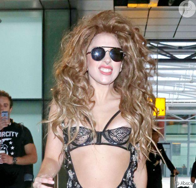 Lady Gaga desembarca vestindo um macacão com um enorme decote no aeroporto de Londres, em 21 de agosto de 2013