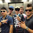 Neymar e os amigos registraram esse momento dentro do elevador, enquanto partiam para o aeroporto. em 15 de dezembro de 2012