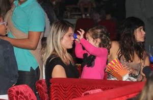 Flávia Alessandra leva a filha caçula, Olívia, à estreia de circo no Rio