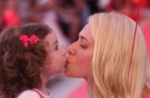 Leticia Spiller se diverte em desfile infantil com a filha caçula, Stella
