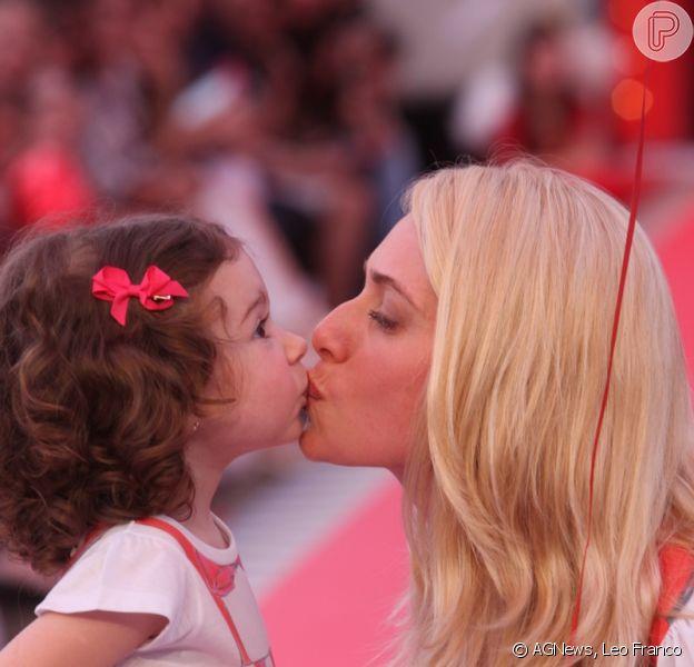 Leticia Spiller beija a filha, Stella, no meio da passarela do desfile, no Fashion Weekend Kids, em São Paulo, em 1 de setembro de 2013