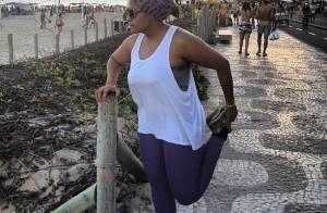 Gaby Amarantos caminha na praia no dia da estreia do 'Medida Certa': 'Bem-estar'