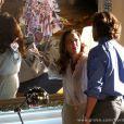 Guiomar (Cláudia Netto) ficou chocada ao ver o mural feito por Alberto (Igor Rickli) com pedaços de fotos de Laurinha (Serena e Vitoria Lovatel) e Ester (Grazi Massafera) rasgada, em 'Flor do Caribe'