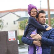 Ben Affleck e Jennifer Garner fazem compras de Natal com as duas filhas