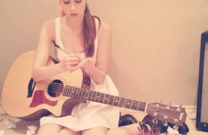 Sophia Abrahão tenta compor nova música com violão: 'Flores vindo por aí'