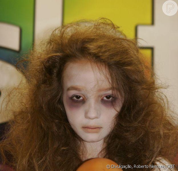 Anna Lyvia Padilha faz a cara da personagem 'menina fantasma' do elevador para gravação da vinheta de fim de ano do SBT; em dezembro de 2012