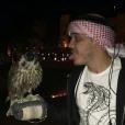 Wesley Safadão posou com uma coruja em viagem a Dubai