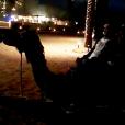 Wesley Safadão anda de camelo em viagem a Dubai com a mulher, nesta quarta-feira, 17 de fevereiro de 2016