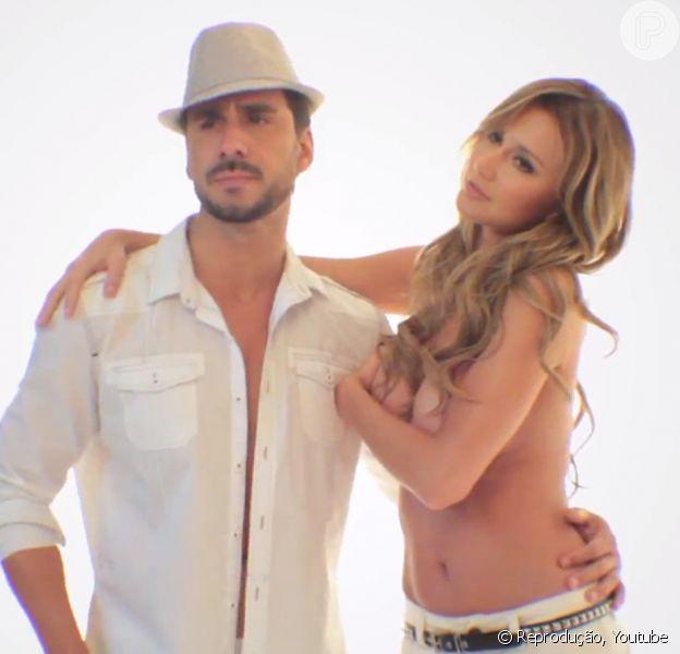 Julio Rocha posou com Ana Paula Siebert, a namorada de Roberto Justus, para uma campanha ousada de uma marca de roupas