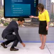 Cesar Tralli se abaixa para pegar brinco de jornalista no 'SPTV': 'Cavalheiro!'