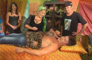 Rodrigo Faro recebe massagem com cobras no programa 'A Hora do Faro'. Fotos!