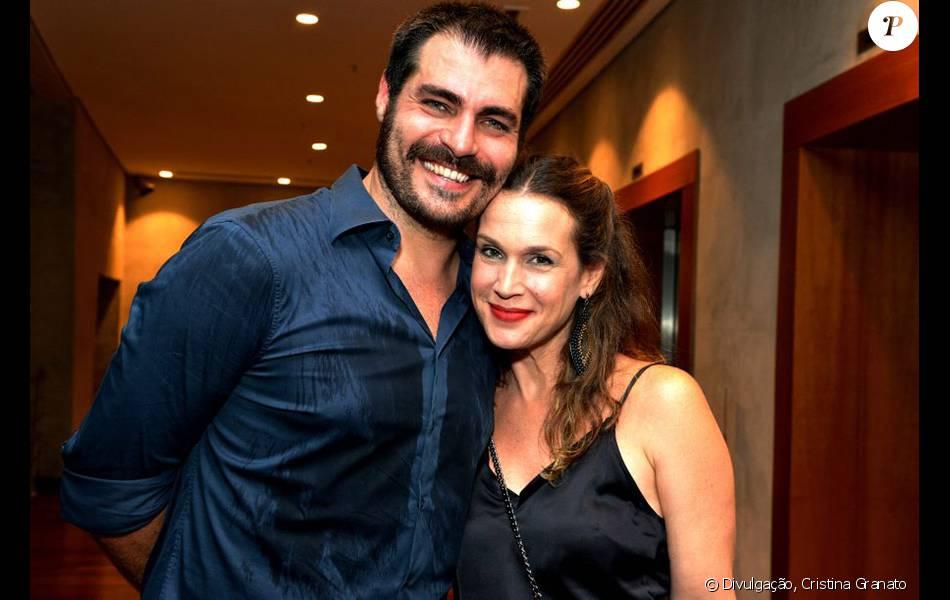 Thiago Lacerda recebe o carinho da mulher, Vanessa Lóes, e afasta rumores de crise na pré-estreia de 'Macbeth', nesta sexta-feira, 20 de fevereiro de 2016