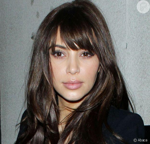 Kim Kardashian volta a Los Angeles exibindo novo corte de cabelo: pontas repicadas e franja, em 18 de dezembro de 2012