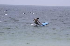 Di Ferrero, noivo de Mariana Rios, leva tombo praticando stand up paddle no Rio