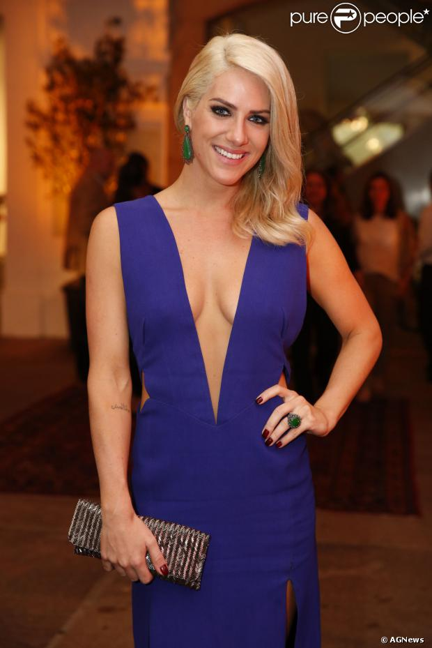 Giovanna Ewbank admitiu que ainda não se acostumou com o cabelo platinado de Cristina, personagem que vive em 'Joia Rara'